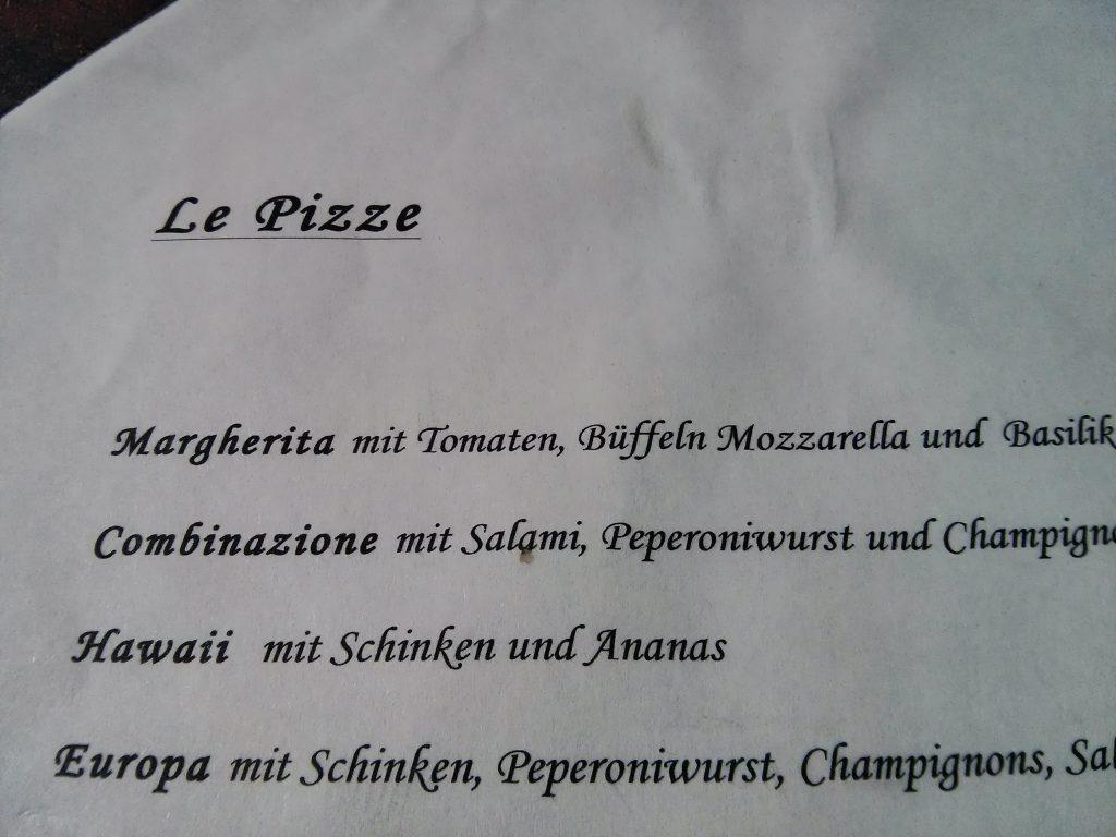 Pizza Margherita mit Tomaten, Büffeln und Mozzarella